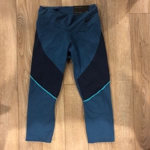 NWT Mid Rise fitted Nike crop pants size small